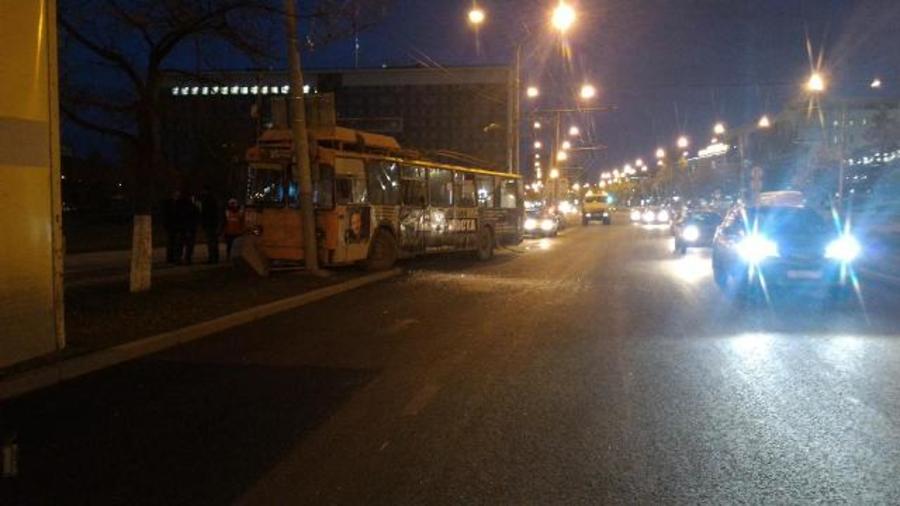 В Перми троллейбус врезался в фонарный столб - фото 3