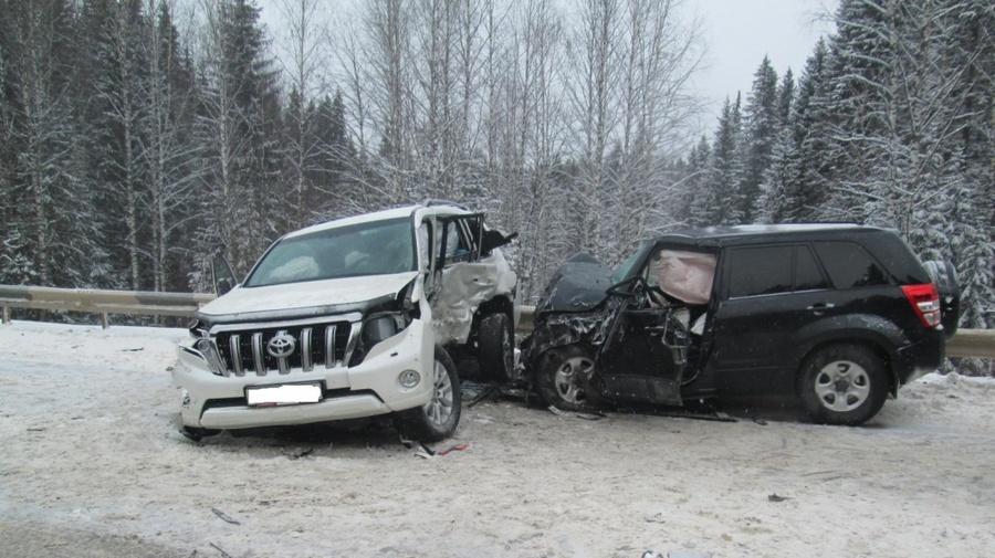 На трассе Кунгур - Соликамск в столкновении трех автомобилей пострадали шесть человек - фото 1