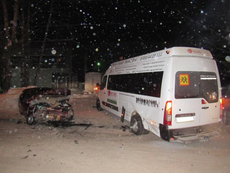 В Краснокамске водитель ВАЗа без прав врезался в автобус
