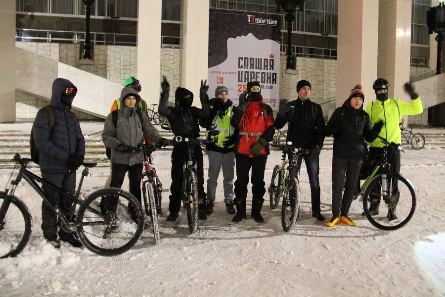 Пермские экстремалы катаются на велосипедах зимой по ночам