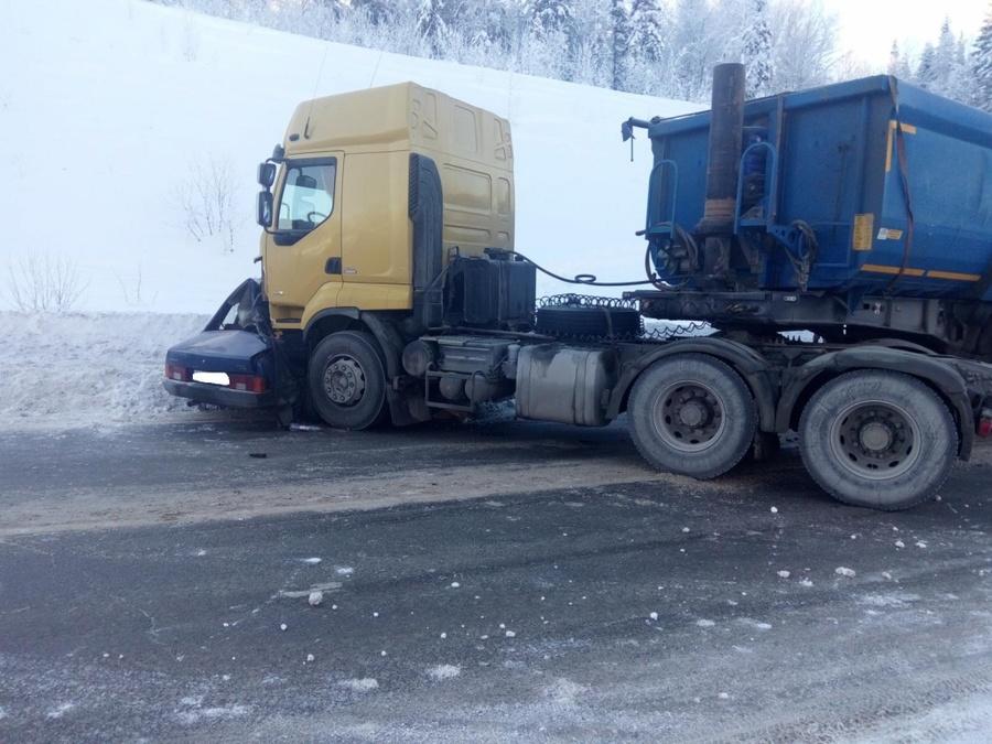 В Пермском крае в столкновении с грузовиком скончался водитель ВАЗа