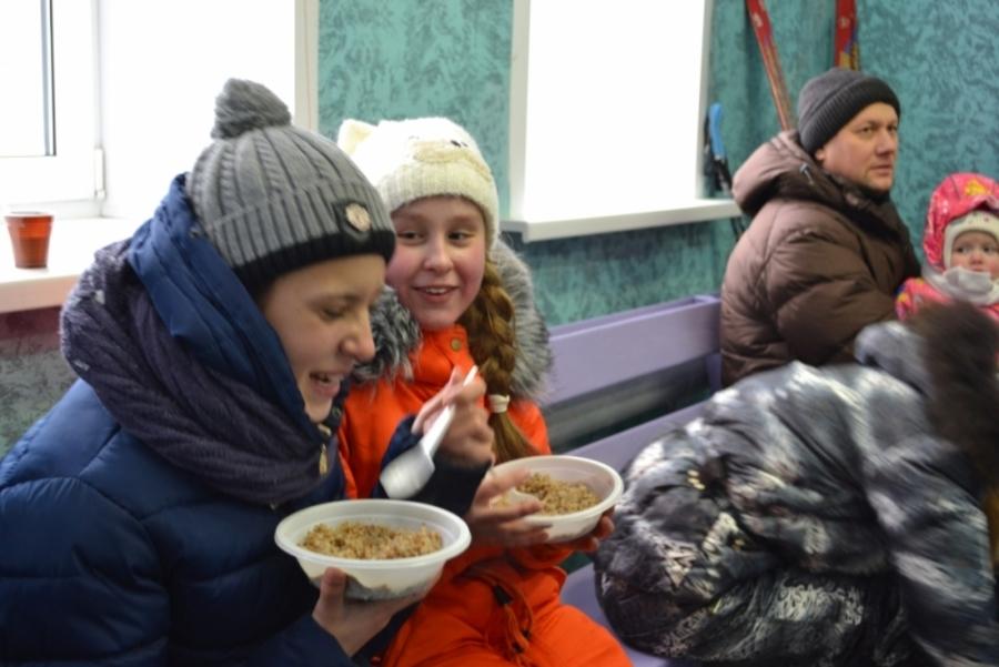 МЧС отогревает замерзших пермяков горячей кашей и чаем