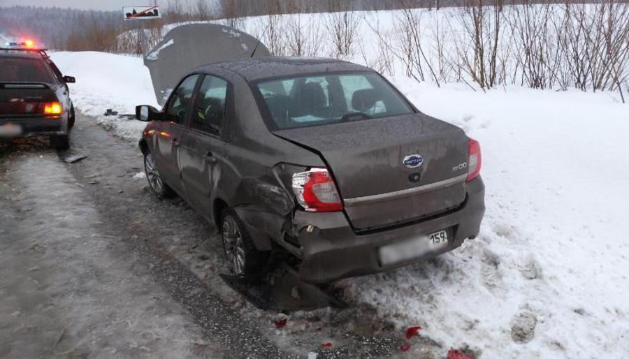 В Перми водитель ВАЗа столкнулся со стоящей машиной и сбил человека