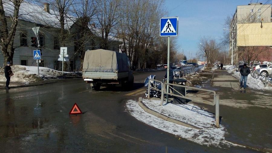 В Перми при переходе проспектов на запрещающий сигнал пострадали девочка и мужчина - фото 1