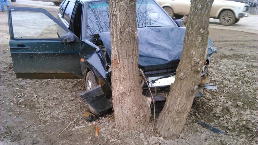 В Кудымкаре пьяный водитель врезался в автомобиль и дерево