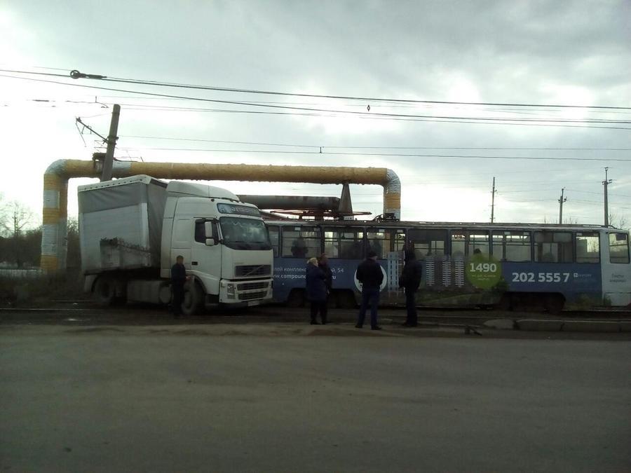В Перми фура столкнулась с трамваем - фото 1