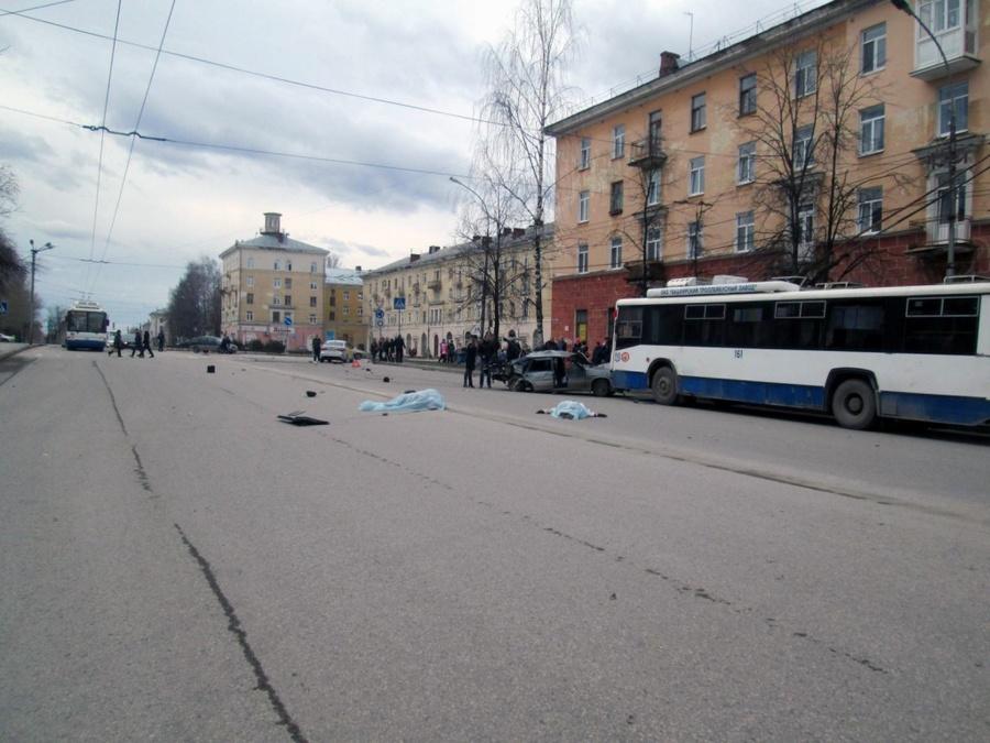 В Березниках водитель ВАЗа столкнулся с двумя троллейбусами и задавил двух женщин