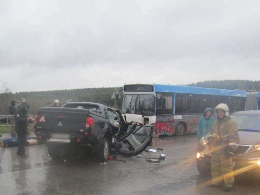 В Березниках в столкновении Мицубиси с автобусом 3 человека погибли, 4 ранены - фото 1