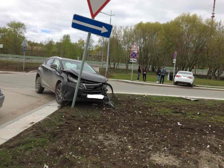 В Перми водитель Весты столкнулся с Лексусом и доставлен в больницу - фото 1