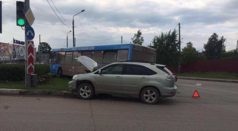 В Перми маршрутный автобус врезался в Лексус