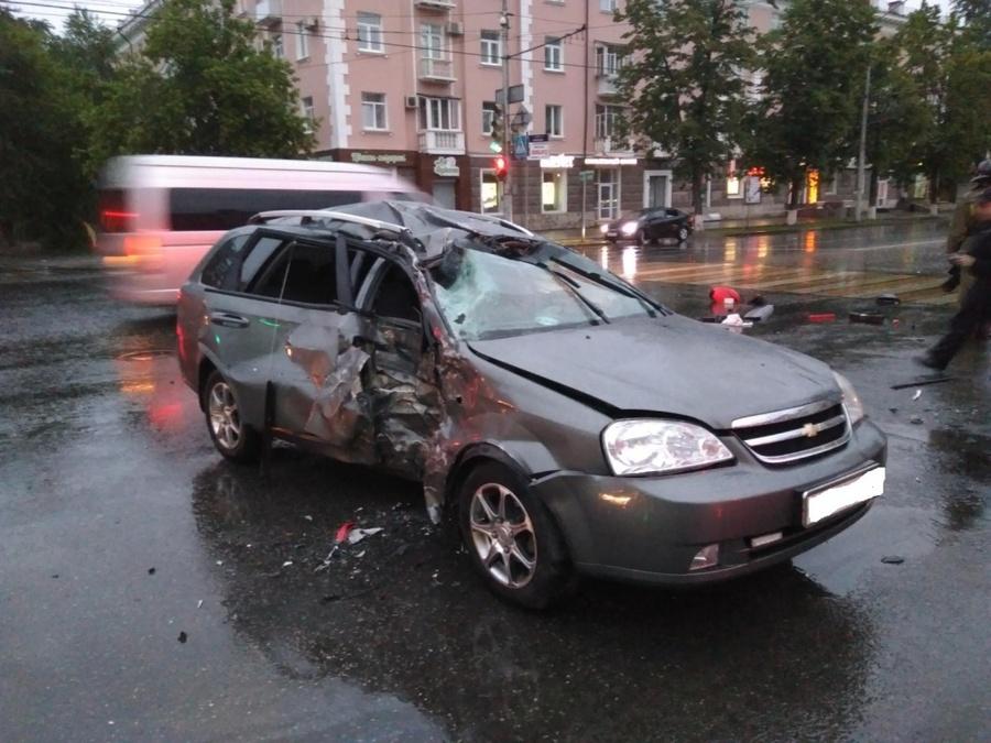 В центре Перми в столкновении автомобиля и мотоцикла погибли два человека - фото 1