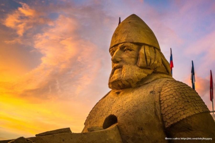 В Перми на набережной появились скульптуры из песка и сена
