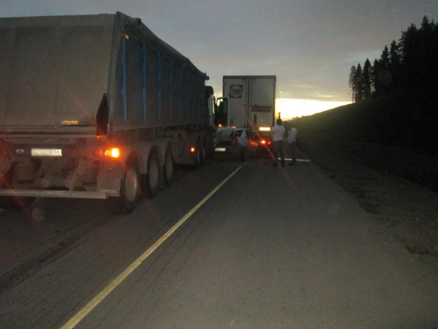 На трассе Пермь - Екатеринбург в столкновении трех машин пострадал водитель легковушки