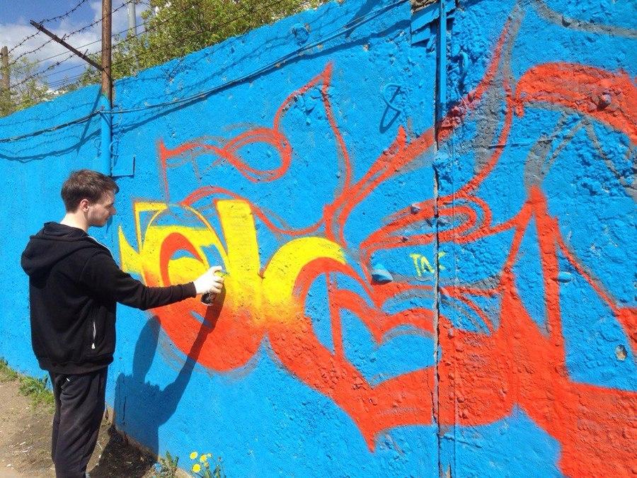 Пермские граффитчики разрисовывали забор - фото 1