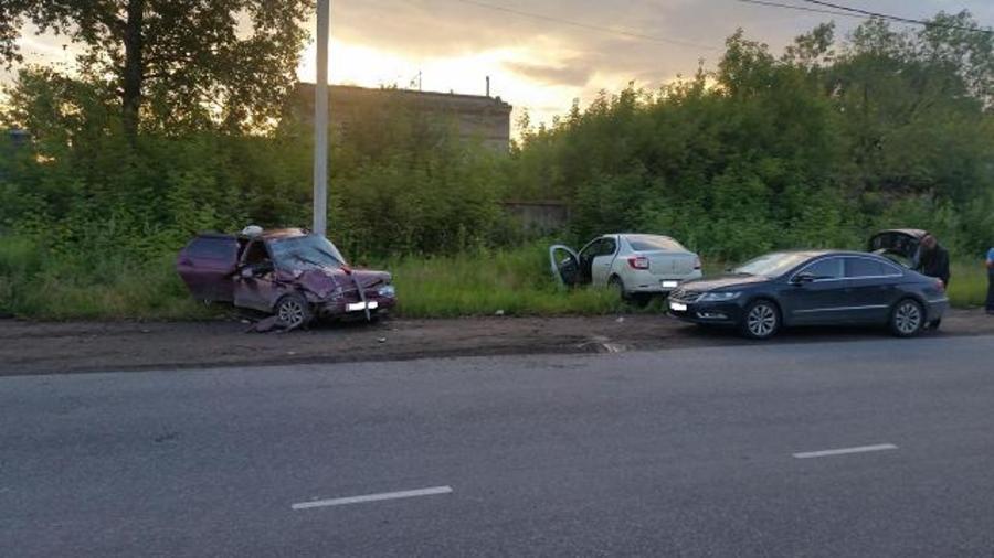 В Перми водитель ВАЗа столкнулся с Логаном и врезался в столб