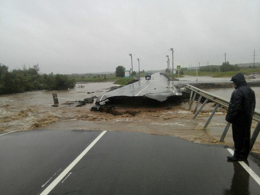 В Пермском крае ливнями смыло мост и размыло дорогу - фото 1