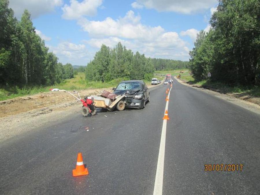 На трассе Пермь — Екатеринбург Хонда врезалась в мотоблок с тележкой