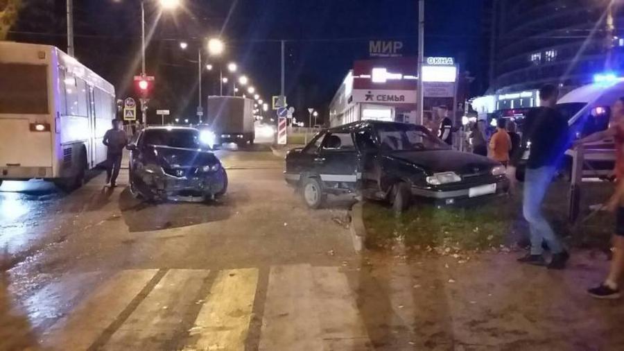 В Перми водитель Хонды выехал на красный свет, ранены трое взрослых и двое детей - фото 1