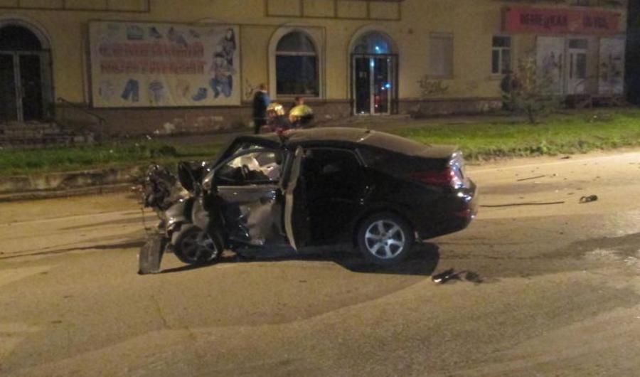 В Березниках в столкновении автомобиля со столбом пострадала девушка