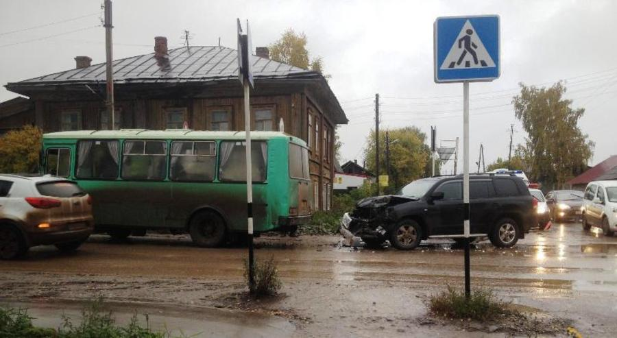В Кудымкаре внедорожник столкнулся с автобусом, двое пострадавших - фото 1