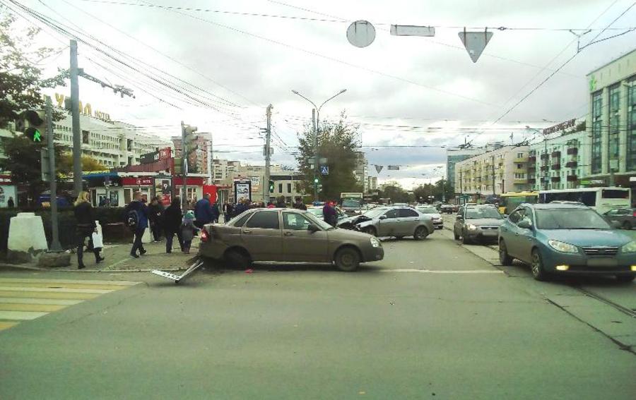 В Перми при столкновении двух автомобилей пострадал пешеход - фото 1