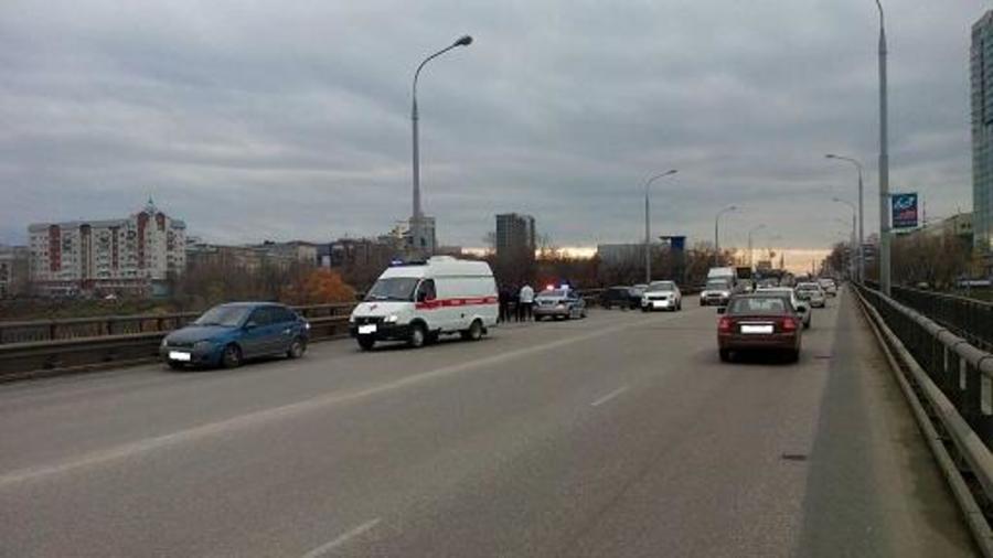 В Перми на Коммунальном мосту столкнулись три автомобиля - фото 1