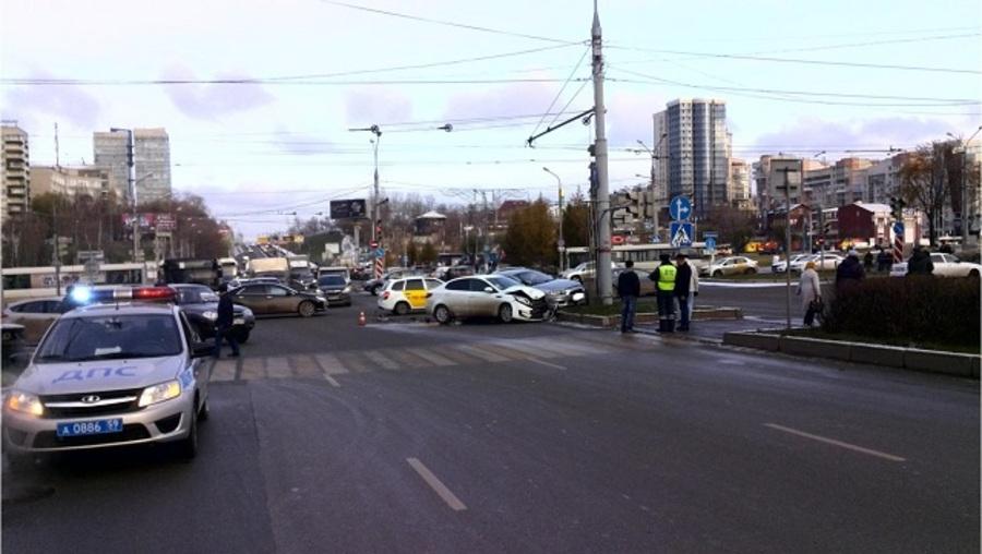 В Перми на перекрестке столкнулись две иномарки, двое раненых