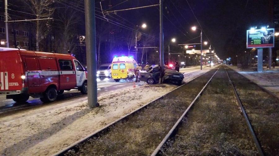 В Перми водитель без прав на незарегистрированном автомобиле врезался в столб - фото 1