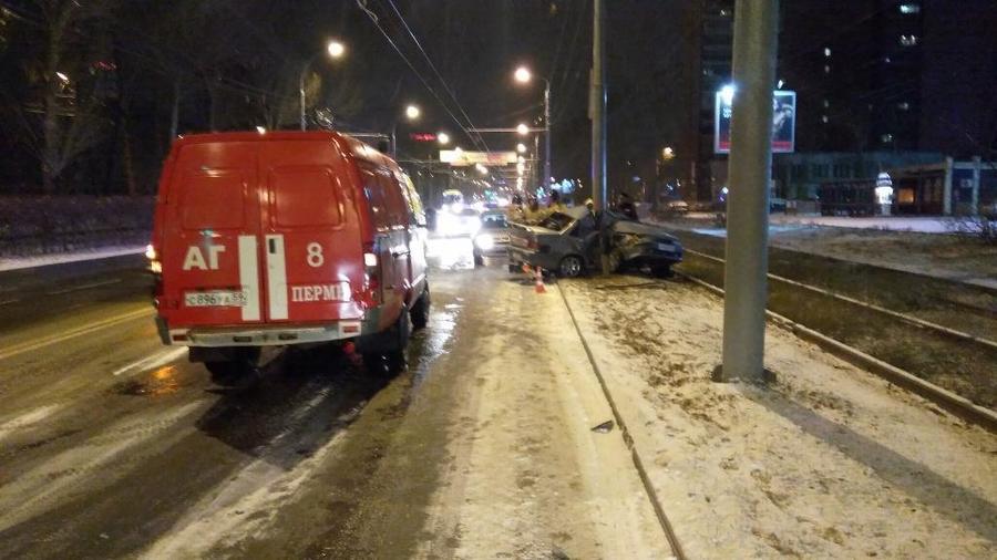 В Перми водитель без прав на незарегистрированном автомобиле врезался в столб - фото 2