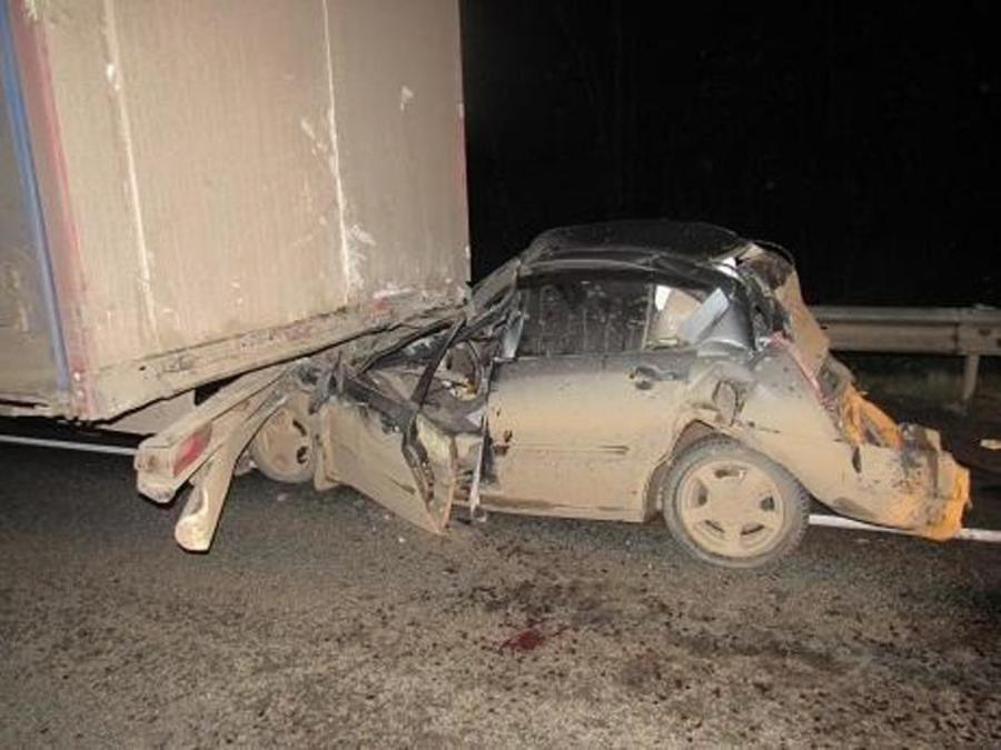 Вчера в Пермском крае два грузовика сплюснули легковушку - фото 1