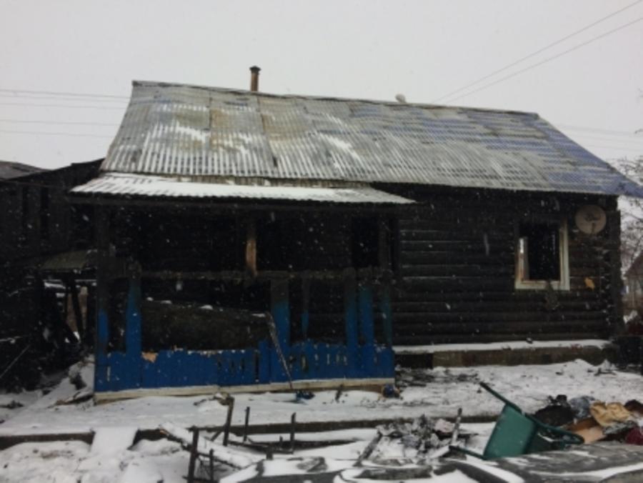 В Чернушке взрослые и дети спасались из горящего дома через окна - фото 1