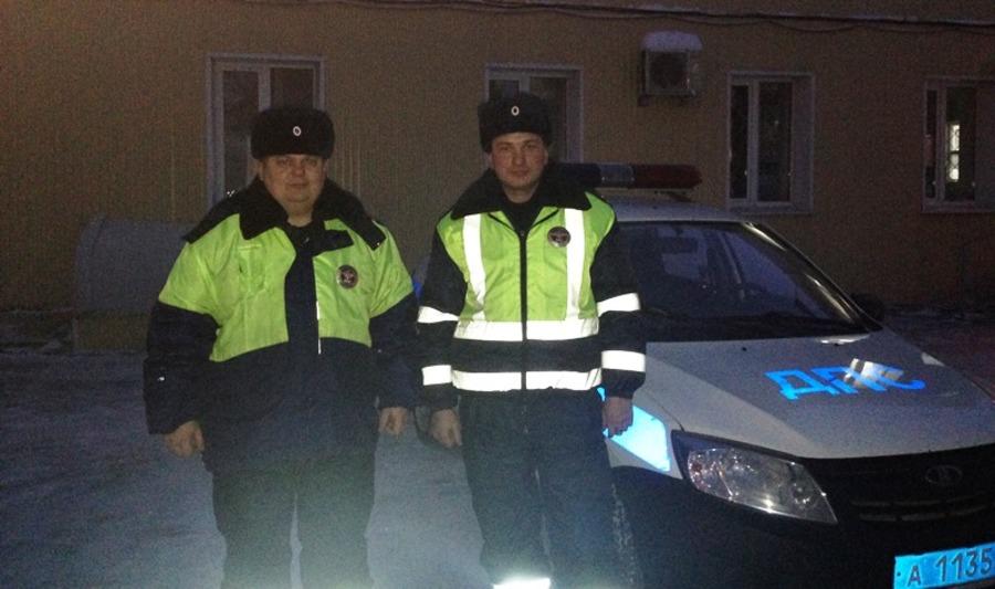 Пермcкие госавтоинспекторы помогли женщине, замерзающей на трассе в сломавшемся автомобиле - фото 1