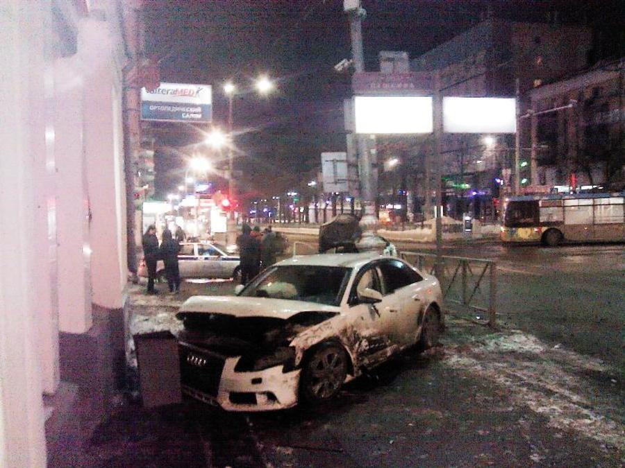 В центре Перми Ауди врезалась в Весту, ранена женщина-водитель