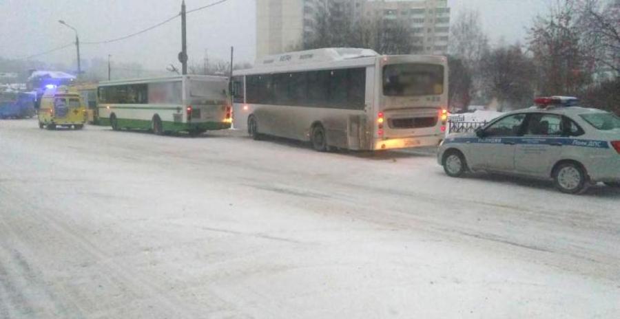 В Перми в столкновении автобусов пострадала женщина - фото 1