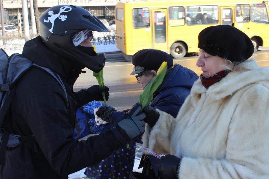 Пермские велосипедисты насильно поздравили девушек с праздником