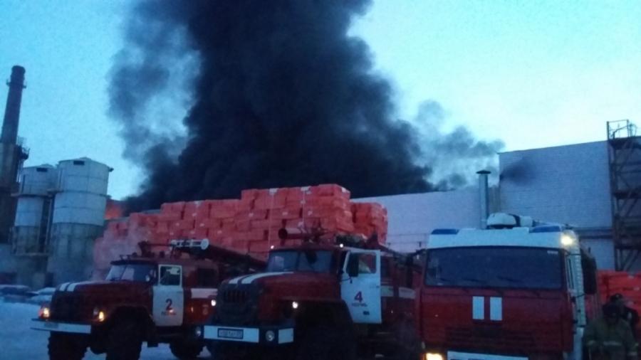 В Перми ликвидирован крупный пожар в здании склада - фото 1
