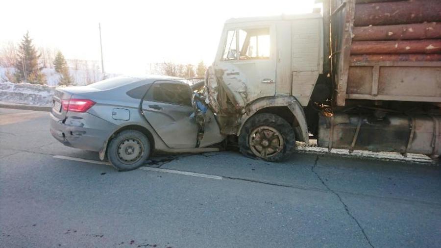 В Кудымкаре КАМАЗ врезался в Весту, двое погибших