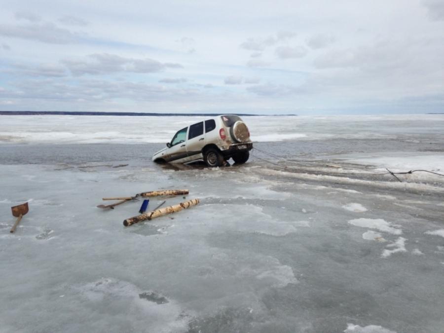 В Пермском крае провалился под лед автомобиль