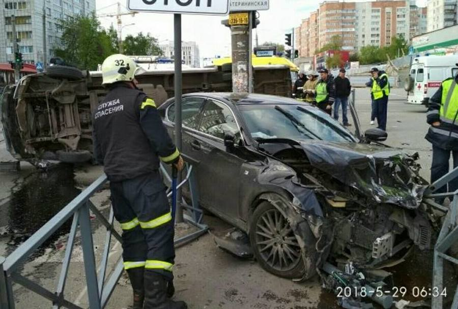 В Перми лишенный прав водитель Лексуса протаранил автобус Мерседес