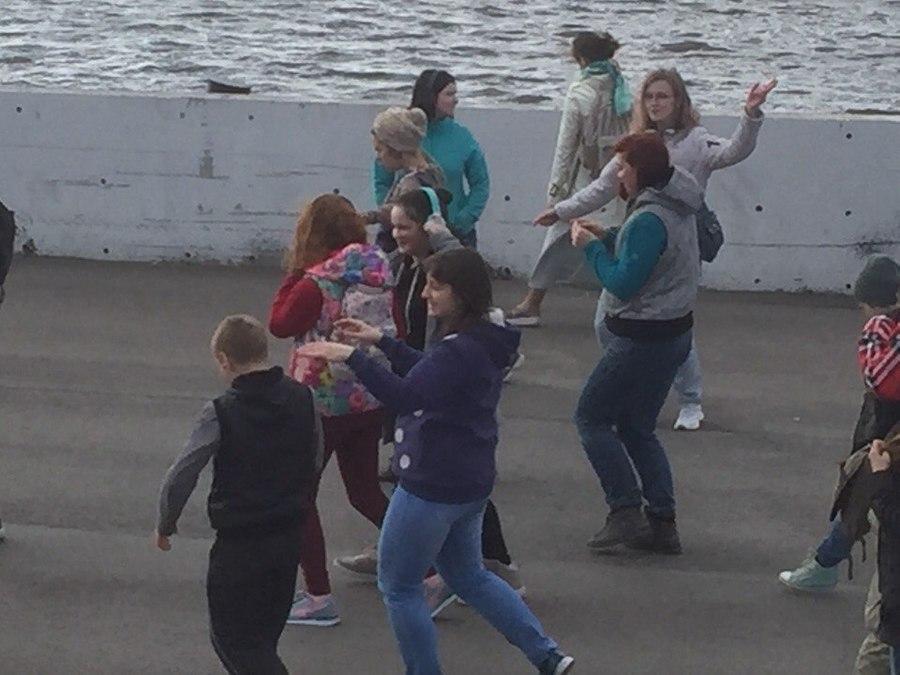 Пермяки танцуют на улицах города - фото 2