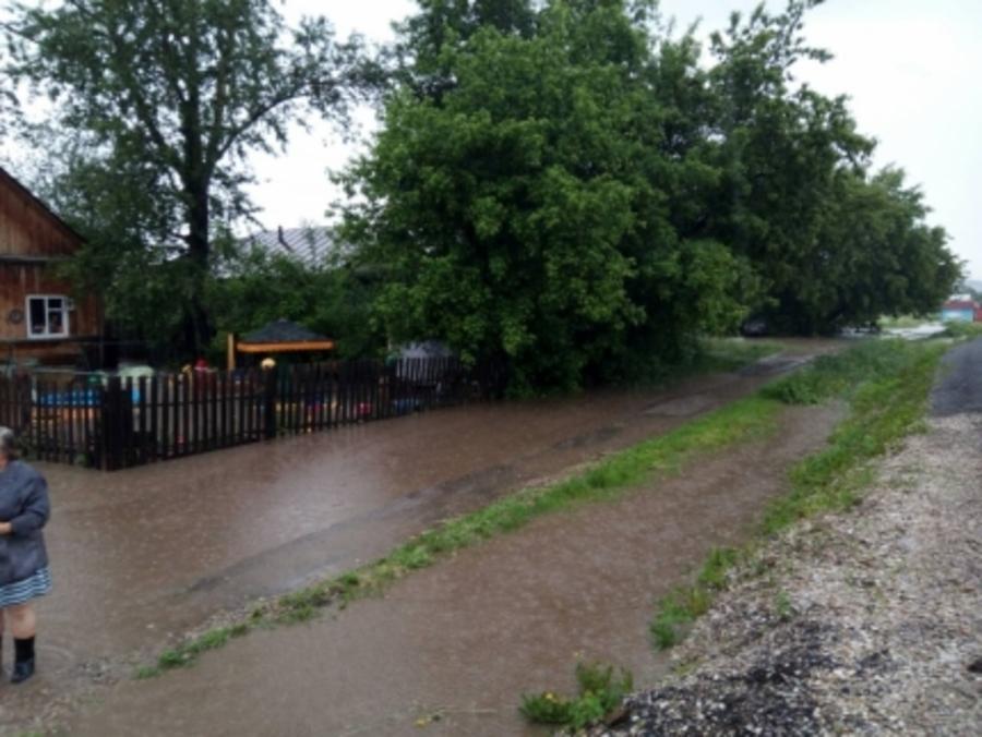 В Пермском крае на один час затопило несколько дворов и дорогу в поселке - фото 1