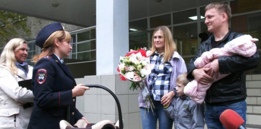В Перми инспекторы ГИБДД подарили родителям новорожденной Аллы автолюльку - фото 1