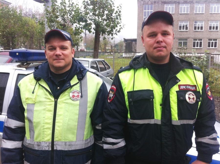 В Пермском крае инспекторы ГИБДД помогли женщине с детьми на дороге - фото 1