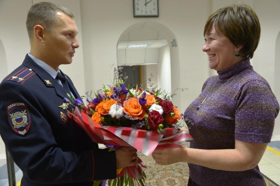 Начальник уголовного розыска Пермского края поздравил свою учительницу - фото 1