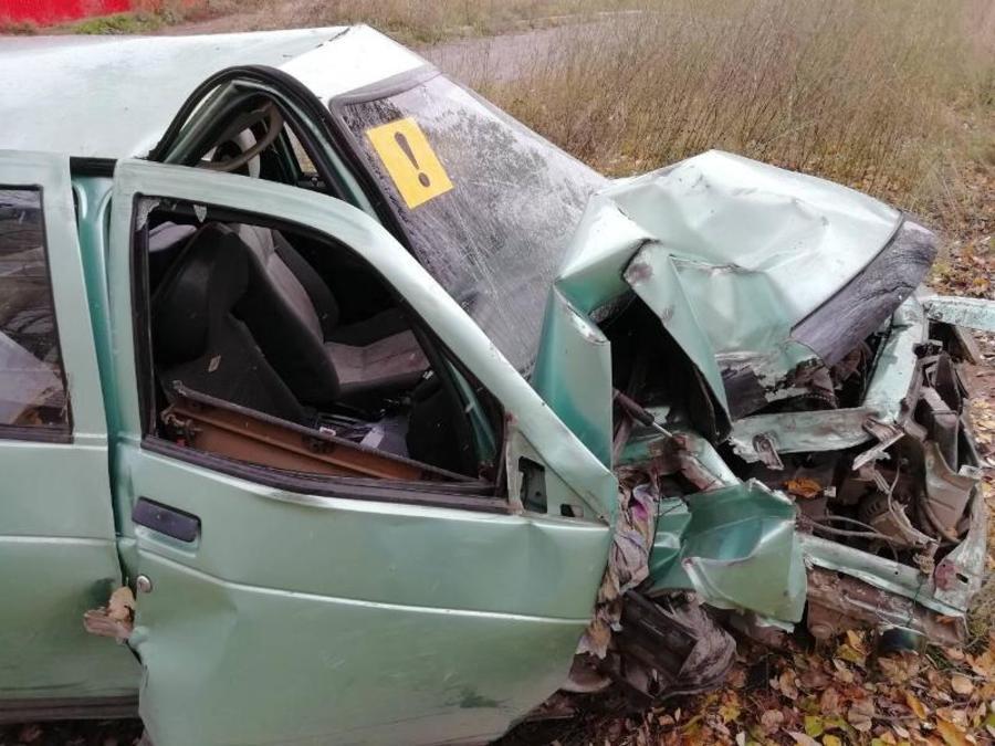 В Перми водитель легковушки врезался в дерево, пострадал мальчик