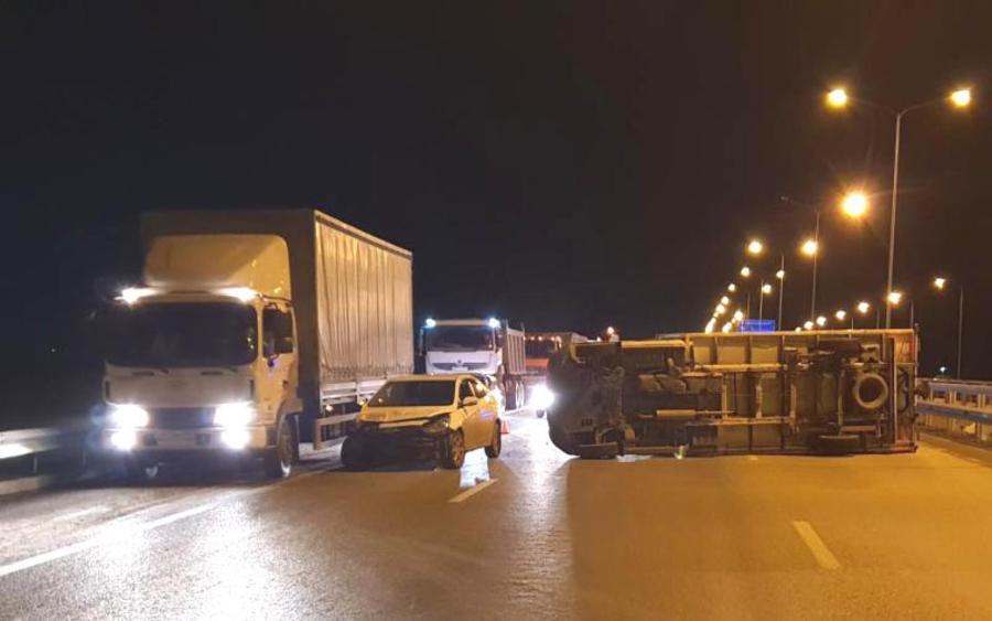 В Пермском районе Хендай Солярис уложил грузовик поперек дороги