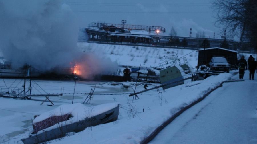 Сегодня утром в Перми на Каме горел дебаркадер - фото 1