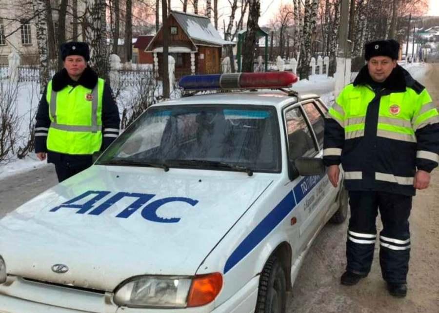 В Карагае сотрудники ГИБДД помогли школьнице добраться до дома