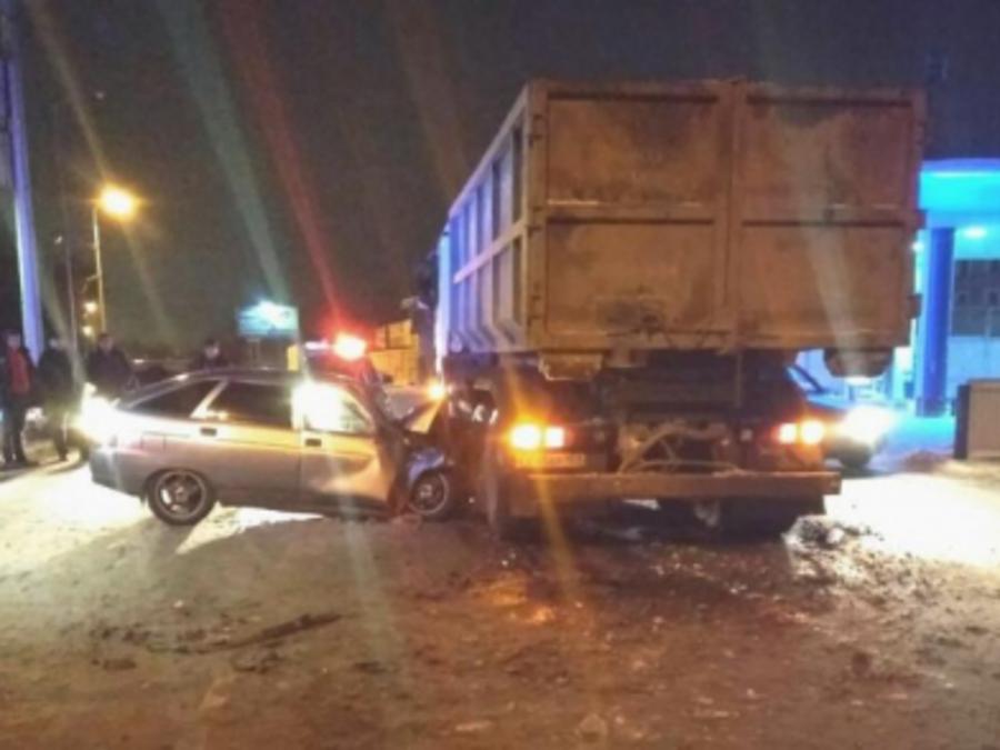 В Перми легковушка врезалась в мусоровоз Мерседес - фото 1
