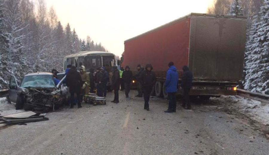 В Пермском крае в столкновении фуры, автобуса и легковушки пострадали 6 человек - фото 1